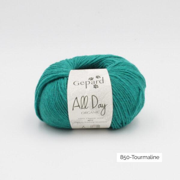 Une pelote de All Day Organic de Gepard Garn dans le coloris Tourmaline