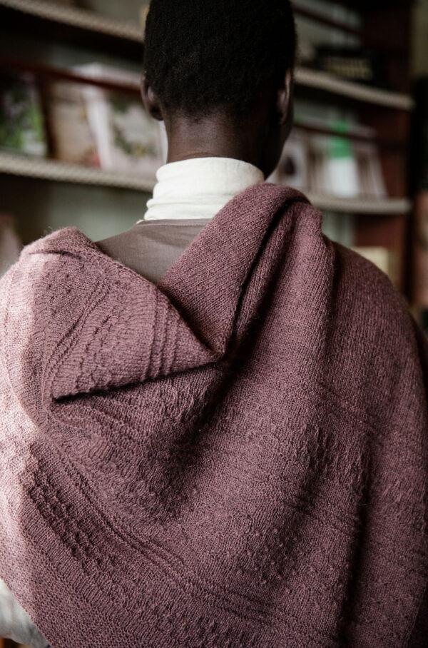 Présentation du châle Granada, patron de tricot paru dans le livre 52 Weeks of Shawls, édité par Laine Magazine