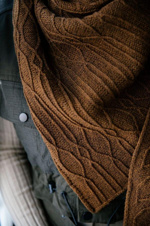 Présentation du châle Sotabosc, patron de tricot paru dans le livre 52 weeks of shawls édité par Laine Magazine