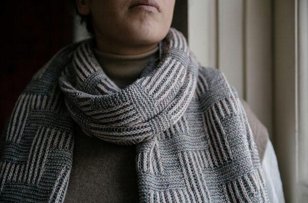 Présentation de l'écharpe Stairway, patron de tricot paru dans le livre 52 weeks of shawls édité par Laine Magazine