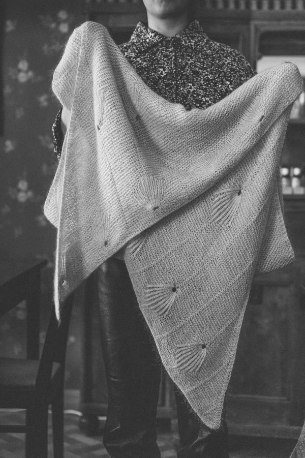 Présentation du châle Venus, patron de tricot paru dans le livre 52 weeks of shawls édité par Laine Magazine