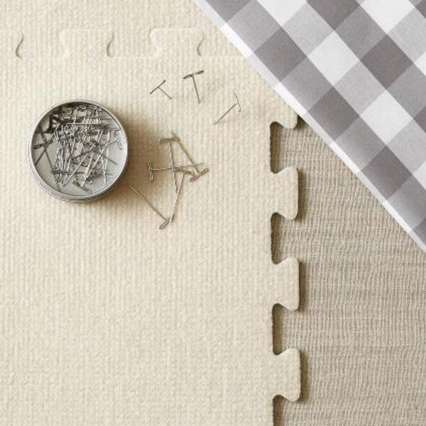 Présentation d'une boîte d' épingles en T Cocoknits avec le kit de blocage de tricot de la marque