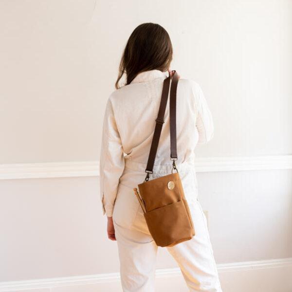 Présentation du sac à projet Bucket Bag de Twig & Horn coloris Camel