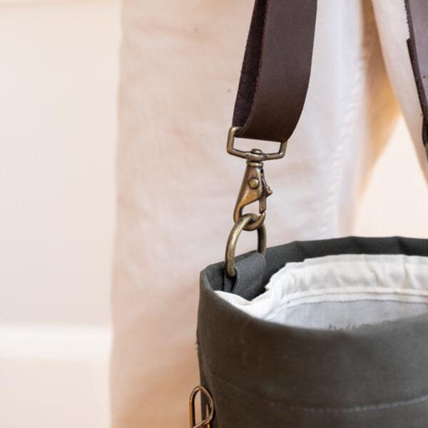 Détail de la fixation de l'anse du Bucket Bag de Twig & Horn
