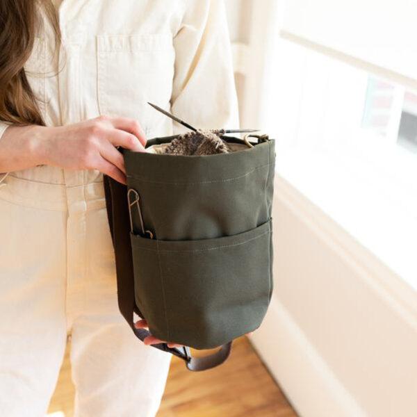 Présentation du sac à projet Bucket Bag de Twig & Horn coloris Olive