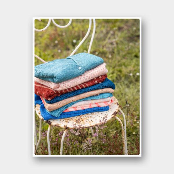 Pile de tricots des modèles du magazine Sloow
